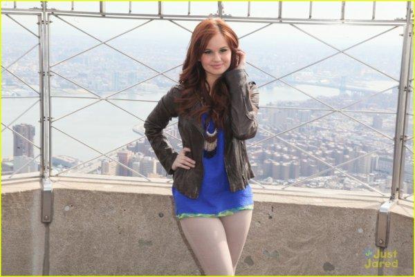 Pas beau du tout!!   Un haut Bleu super joliie avec un pantalon beige super moche?!! Et pour courroner le tout une veste en cuire noire???!!!!!!!