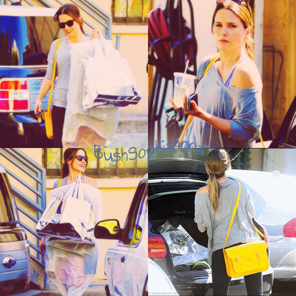 .  CANDIDS : Le 27.07 Sophia a déjeuner au Coffee Commissary a West Hollywood elle avait rendez-vous avec Topher Grace ! .   Un top pour la tenue ! par contre les chaussures j'adhère pas trop.