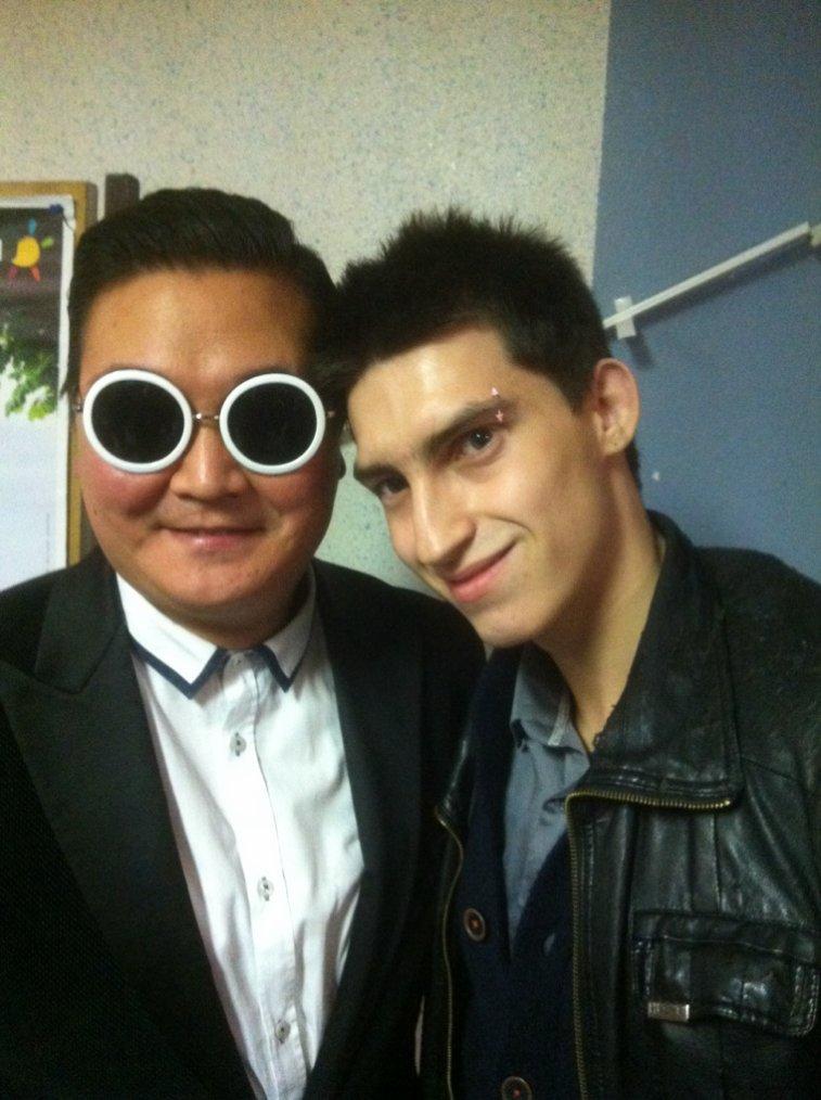 Avec le chanteur psy :)