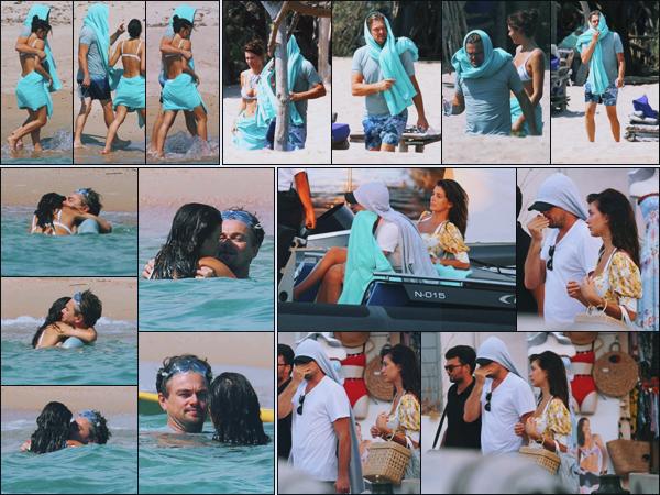-• 06/08/2018- ─ Leonardo Dicaprio à été photographié, avec sa petite amie sur la plage de l'île méditerranéenne - Corse.Moment complice entre le petit couple et ça fait plaisir à voir ! Leonardo à l'air vraiment heureux avec Camila, vraiment adorable. C'est un top pour Leo !