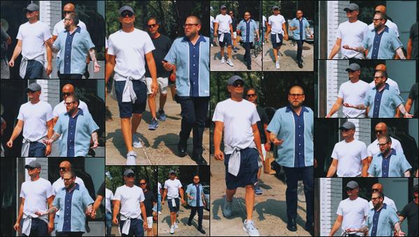 -• 06/09/2018- ─ Leonardo Dicaprio à été photographié, en allant déjeuner avec Johan Hill dans les rues de - Manhattan !Pendant cette sortie notre acteur favoris était très décontracté et ne jouait pas à cache cache pour une fois.. C'est un petit top pour sa tenue très simple.