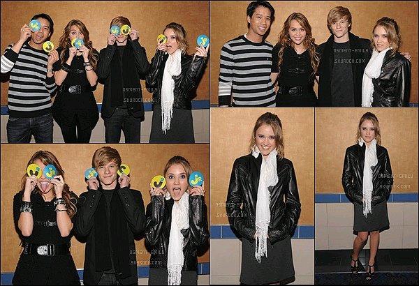 7 avril 2009 : Emily et Miley Cyrus étaient à la projection de JustJaredJr du film Hannah Montana ●●Emily était tellement mignonne ! J'adore son petit sourire, côté tenue sa veste en cuire est pas mal du tout. Vos avis ?