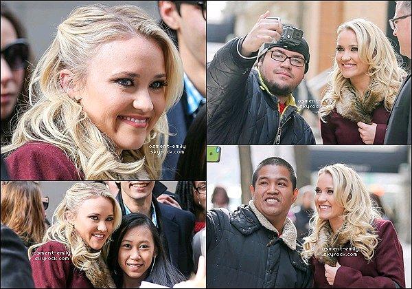 25 mars 2015 : Emily était dans les rues de New York, elle y a pris quelques photos avec des fans ●● Em' est vraiment ravissante et toute souriante à NYC ! Son maquillage et léger et discret, ça lui va à ravir.