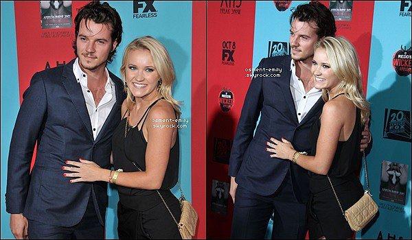 5 Octobre 2014 : Emily & son petit copain à l'époque Nathan Keyes étaient à la première de la quatrième saison de la série American Horror Story Freak Show. Emily était superbe en noir & était très souriante.