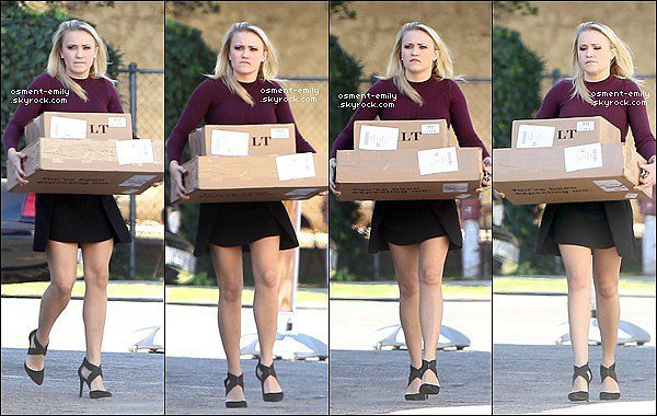 4 novembre 2014 : Emily était présente à l'émission KTLA. Elle a l'air d'avoir passé un bon moment ●● Em' était très souriante ! Un vrai rayon de soleil ♥ de plus la couleur de son haut est super ! Un top pour la jolie blonde :)