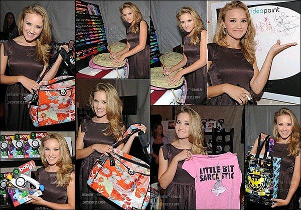 9 août 2009 : Emily apris des photos avec les produitsCelebrity Retreat Produced By Backstage Creations ●●Emily Osment était toujours aussi jolie pour promouvoir ces quelques produitslors del'événementdes Teen Choice Awards.