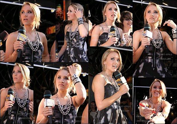 25 août 2009 : Emilyétait présente aux Much Music Awards, qui récompensentles meilleurs clips de l'année. ●●Em' était toute jolie pour cetévénement, j'aime bien sa robe et ses colliers. Son maquillage était pas mal non plus, TOP pour la belle