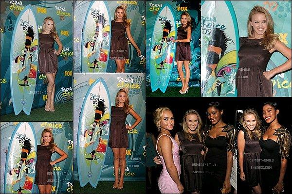 9 août 2009 : Emily était présente auxTeen Choice Awards. Miss Osment était superbe sur le tapis rouge. ●●Emily avait 17 ans à l'époque. Elle était déjà ravissante !! J'aime beaucoup sa petite robe. + Ses jambes sont vraiment MAGNIFIQUES !
