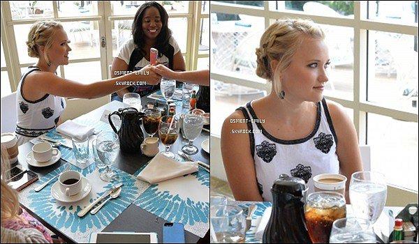 30 Juillet 2014 : Emily était au ABC Family Event, elle était toute jolie, cette coiffure lui va à ravir♥  ●● Côté tenue, sa robe est assez mignonne, Emily fait simple et féminine dans cette robe, c'est un top pour ma pars, vos avis ?