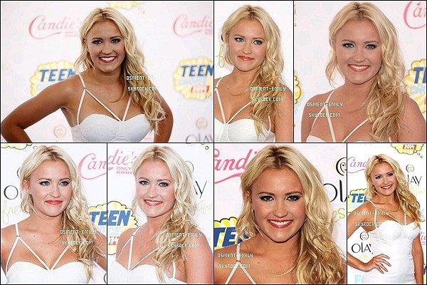 10 août 2014 : La belle Emily Osment était présente à la cérémonie des Teen Choice Awards 2014  ●● La jolie blonde était vraiment ravissante dans cette robe blanche ! J'aime bien la touche de couleurs avec ses escarpins rouge.