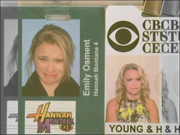 2 Octobre 2015 : Emily a posté une photo de ses badges pour l'entrée au studio sur son compteInstagram ●●La jolie blonde fait toujours de drôle de tête sur ses photos de laisser-passer x) elle était adorable sur celle pour Hannah Montana :D
