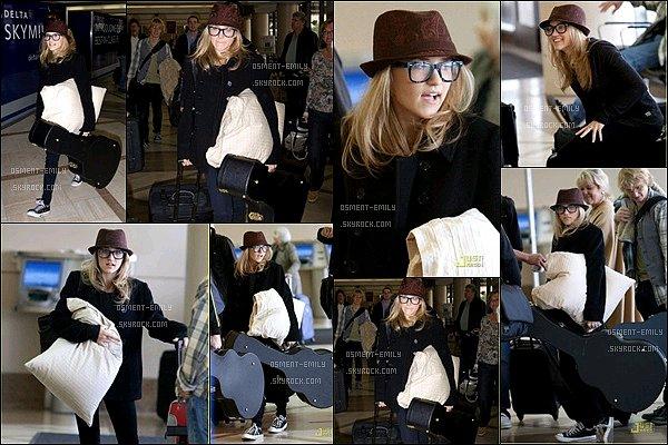 11 Novembre 2009 : Emily Osment, l'oreiller et la guitare à la main, était à l'aéroport de LAX à Los Angeles ●●L'oreiller à la main, la jolie blonde avait tout prévu pour son voyage, sa tenue est pas mal, par contre je n'adore pas ses lunettes.