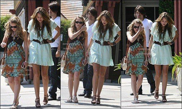 24 mai 2009 : Emily, Miley Cyrus et son petit ami de l'époque sont allés se promener dans Pasadena ●● Côté de tenue on a vu mieux... La petite robe d'Emily est assez simple, pas trop mal pour une sortie entre amis. et vous, vous aimez ?