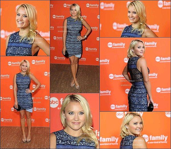 15 Juillet 2014 : Emily a donné une conférence de presse pour sa nouvelle série « Young & Hungry » ●● J'aime beaucoup sa petite robe rayée en dentelle. Elle était ravissante et son maquillage très naturel, Em' était au TOP !