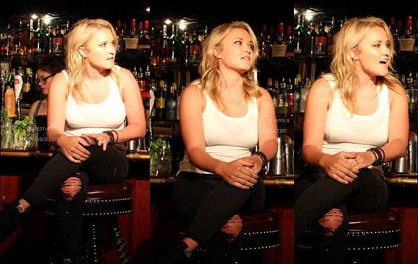 23 Juin 2016 : Emily a chanté au The Three Clubs à Hollywoodet a pris quelques photos avec des fans ●● Em' était jolie et en toute simplicité, débardeur blanc et jean à trou. Cela faisait un moment qu'on ne l'avait pas vu ainsi
