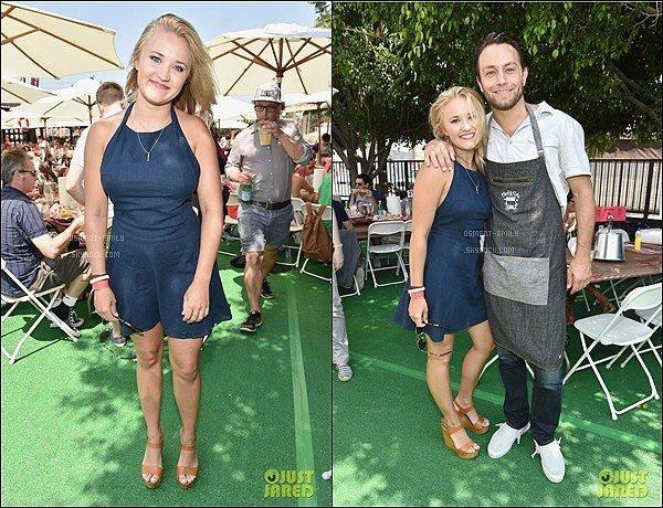 31 Juillet 2016 : Emily était à la Crab Cake LA Fundraiser Event to benefit Chrysalis à Los Angeles ●● Em' a été pris en photo avec son partenaire à l'écran Jonathan Sadowski, elle était toute belle dans sa robe bleu marine.