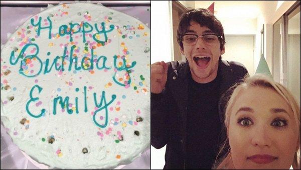11 mars 2017 : Emily lors de sa fête d'anniversaire avec des amis à elle, joyeux anniversaire Em'♥ ●● Elle est tellement adorable avec son petit chapeau. J'aime bien sa tenue, simple et jolie, parfait pour souffler ses 25 bougies :D