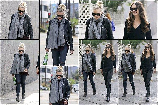 6 Novembre 2017 : Emily a été aperçu en compagnie de Mallory Jansen dans les rues de Los Angeles ●● Em' est toute jolie, j'aime bien son blouson ainsi que ses lunettes de soleil, ça fait plaisir de les voir toutes les deux ainsi :)