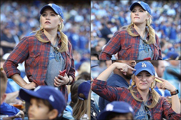 15 Octobre 2018 : Emily assistait à un match des Los Angeles Dodgers au championnat de la ligue ●● Emily est une grande supportrice des LA Dodgers ! La jolie blonde était très concentré dans le match de équipe favorite.