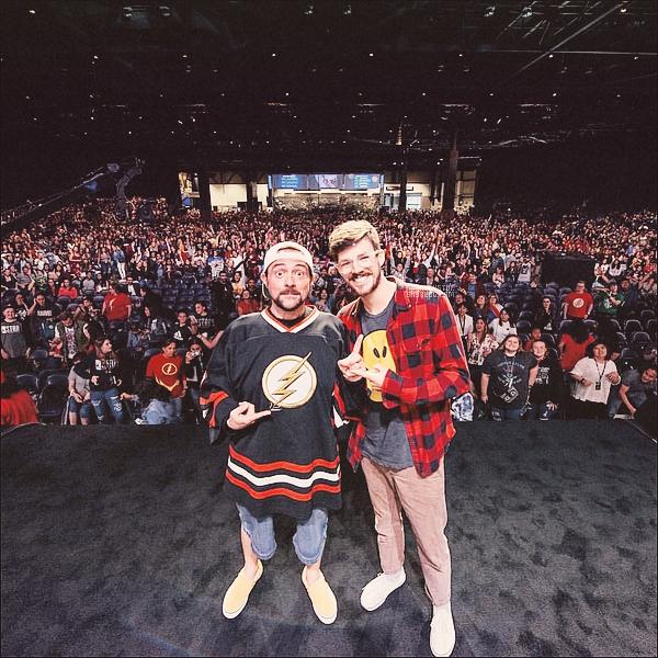 23.06.18 Grant à l'ACE Comic-Con  + panel de questions/réponses de Kevin Smith ! Coté look Grant reste dans le style décontracter avec toujours un t-shirt décaler, pas une grande fan des chaussette visible !