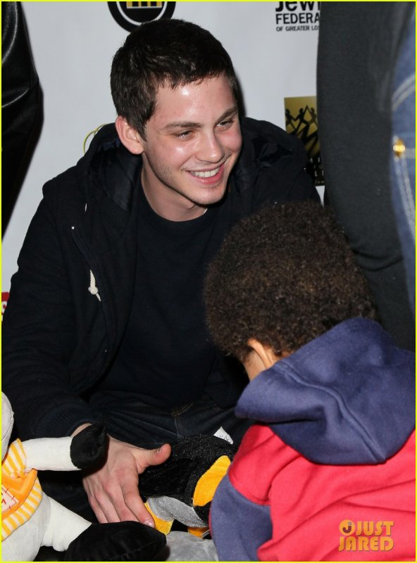 17/12: Logan Lerman aide une association
