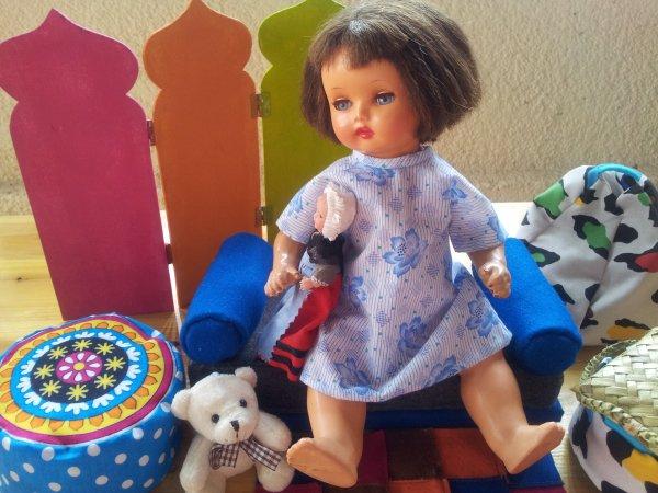 Annie dans sa chemise de nuit se prepare pour la nuit .. elle serre sa poupee contre son coeur !