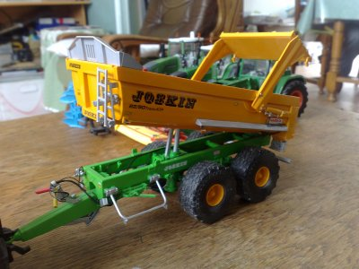 Benne tp Joskin 2 essieux de chez Universal Hobbies