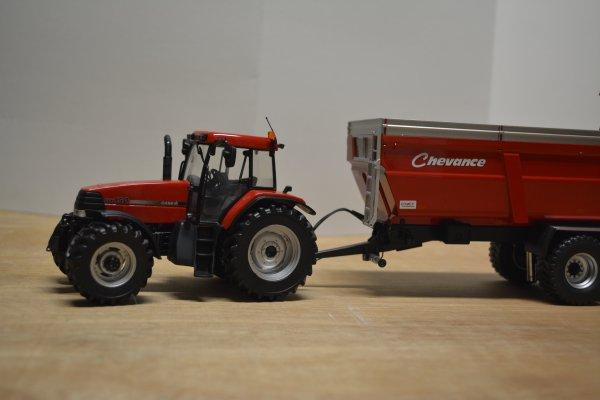 Case IH MX 150 et Farmall U 115 avec chargeur + benne Chevance RCM 180