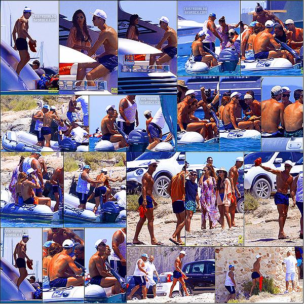 . 19/07/16 - Cristiano Ronaldo et son groupe d'amis en très bonne compagnie à Formentera en Espagne Cristiano Ronaldo, Ricky, Miguel ses meilleurs amis ainsi que quelques femmes se sont rendus sur leur yacht privé grâce à un petit bateau zodiac. .