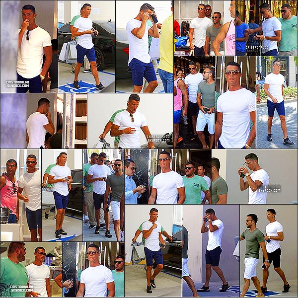 . 26/07/16 - Cristiano Ronaldo  a été aperçu en séance shopping à Beverly Hills en Californie. Cristiano Ronaldo, son frère Hugo et son meilleure amis Ricardo ont été aperçus faisant du shopping à Beverly Hills en public. .