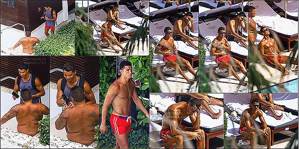 . 03/08/16 - Cristiano Ronaldo  a été aperçu avec des amis à la piscine à Miami, en Floride toujours !  Cristiano Ronaldo a encore quelques jours de vacances de quoi bien profiter de la piscine et bronzette avec ses amis à Miami pendant un moment .