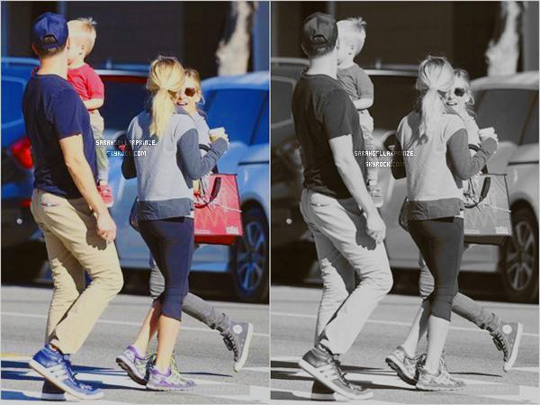 - 17 FEVRIER 2015 | Sarah a été photographiée se promenant  dans un quartier de Los Angeles -