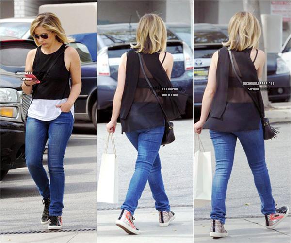 - 18 MARS 2015 | Sarah a été photographiée dans un parking sur son téléphone dans Los Angeles -