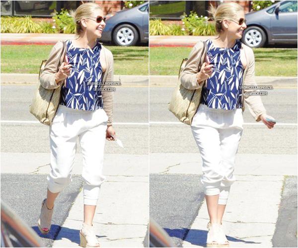 - 30 MARS 2015 | Sarah a été aperçue se promenant dans le quartier de Brentwood à Los Angeles -