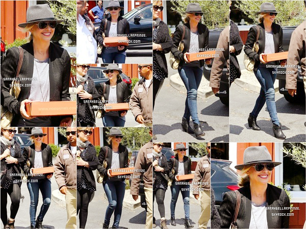 - 07/04/2015 : Sarah a été vue avec une amie faisant du shopping au « Country Mart » à Brentwood. -