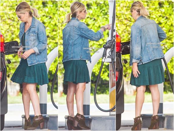 - 30/04/2015 : Sarah a été photographiée dans une station à essence qui se situait dans Los Angeles. -