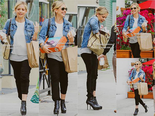 - 24/04/2015 : Sarah a été photographiée avec une amie quittant un Spa à Beverly Hills, en Californie. -