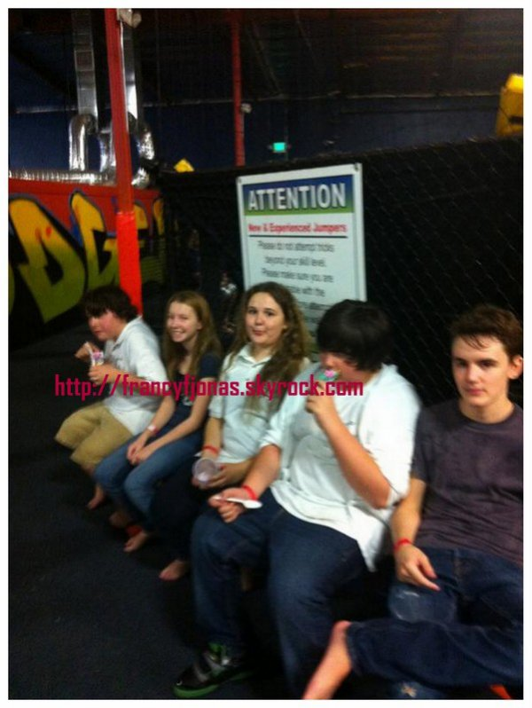 Twitter-  Frankie Jonas out with friends