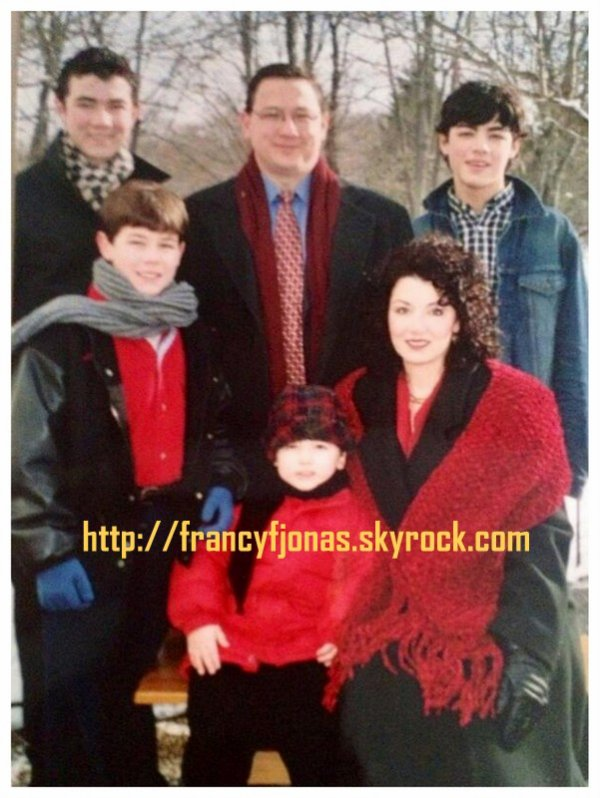 Twitter- Throwback Thursday: Jonas family Christmas photo (+ Frankie's new project)