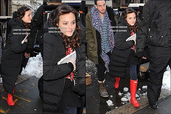 _   11/01/11 . Leighton Meester, son bodyguard et son styliste personnel allant sur le set de Gossip Girl..   14/01/11 . Mlle. Leighton M. sur le set de Gossip Girl, tournant dans une boutique près de Manhattan..     _