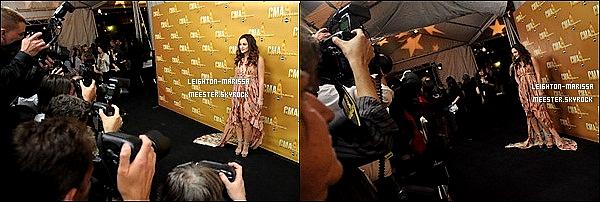 _      10/11/2010  _._ Leighton Meester assistant et remettant un prix à la 44ème cérémonie des CMA Awards. Ce soir là Leighton a épater toute la gallerie en portant une robe a longue traine ; et pour toi, c'est un TOP ou FLOP ?   _