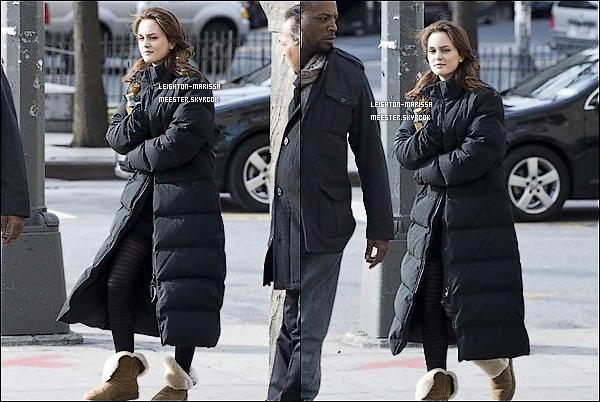 _   __16/11/10_ Lei' et le beau Penn B. sur le tournage de Gossip G. à Greenwich Village. Tu aimes son manteau ? __18/11/10./Leighton & sa doudoune combattant le froid glacial de New York en se rendant sur le tournage de GG. __30/11/10;_Lei' accompagné de Mr. Chace Crawford tournant une scène de GG sous un froid Sibérien.    _