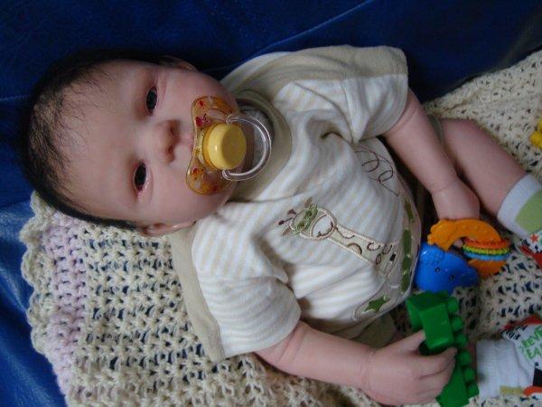 le petit enzo est née le 2 avril 2kg411 57 cm il est a adopté