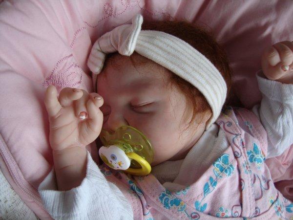 """je suis née le 9 juillet 2011 je m""""appelle Adeline et je cherche une maman!! je pése 2kg382 50cm"""