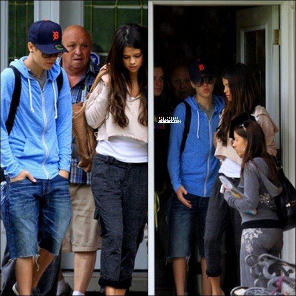 Selena Gomez & Justin Bieber à Stratford pour rendre visite aux grands parents de Mister Bieber.            + Photos postés par Demi sur son Twitter apparemment a un diner d'anniversaire.