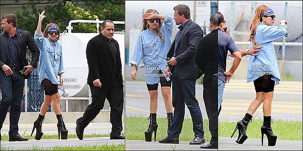 *_ 07/11/2012 : Gaga arrivant a Rio de Janeiro et aussi sur son balcon donnant des fleurs au fan , TOP ?   *