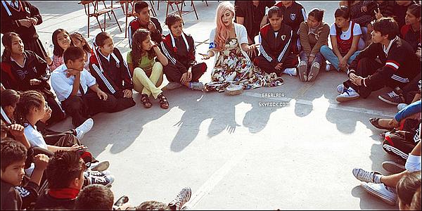*    Nous avons appris que Gaga vient de s'associer avec L'UNICEF pour aider les petits autour du monde  .   *