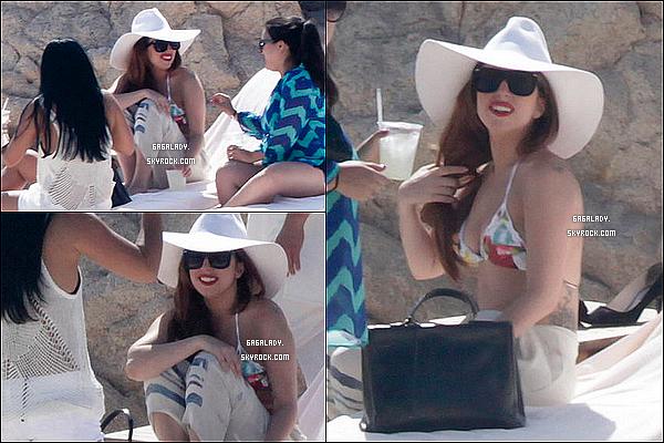 Gaga a été aperçue prenant du bon temps  le 5 juin 2013  au  Mexique  avec des amis .