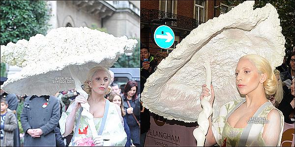31.10.2013 - Gaga était de nouveau de sortie  de son hôtel à Londes, toujours très excentrique et simple, TOP !Gaga est à Londres pour faire la promotion de son nouvel ARTPOP, mais aussi de son nouveau single. Qu'en penses-tu de sa tenue ?