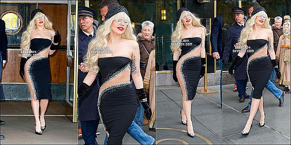 15.11.2013 - Gaga quittant son appartement  à New-York, très souriante j'aime beaucoup pour moi un TOP !Une tenue encore peux adapter au temps de New-York mais rien arrête Lady Gaga c'est bien connu. Qu'en penses-tu de sa tenue ?